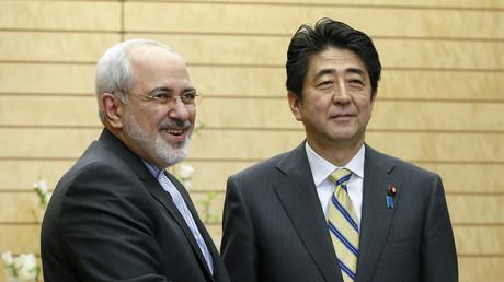 Der iranische Außenminister Dschawad Sarif und der japanische Premierminister Shinzo Abe, in Tokio, Japan, 5. März 2014.