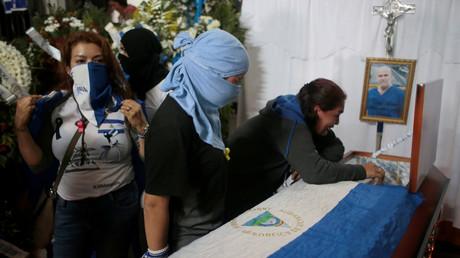 Vermummte Frauen am Grab von Eddy Montes. Der Gefängnisinsasse soll von einem Beamten erschossen worden sein. Die Opposition Macht die Regierung für seinen Tod verantwortlich.