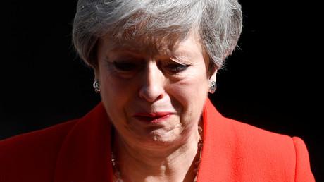 Beim letzten Satz ihrer Rücktrittsrede bricht der britischen Premierministerin Theresa May die Stimme. Schließlich verlässt sie unter Tränen das Rednerpult