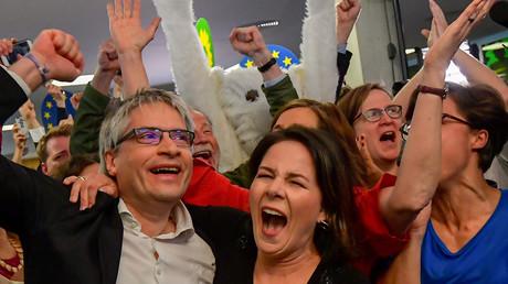 Spitzenpolitiker der Grünen nach Bekanntgabe der ersten Umfrage am Sonntagabend