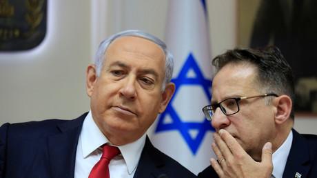 Der israelische Ministerpräsident Benjamin Netanjahu und sein Kabinettssekretär Tzachi Braverman