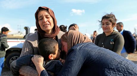 Mitglieder der Volksgruppe der Jesiden umarmen Überlebende der IS-Gefangenschaft, Dohuk, Irak, 2. März 2019.