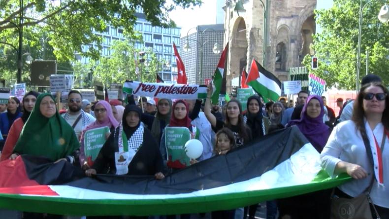 Palästina- und Israel-Unterstützer ziehen zum al-Quds-Tag in Berlin auf die Straßen