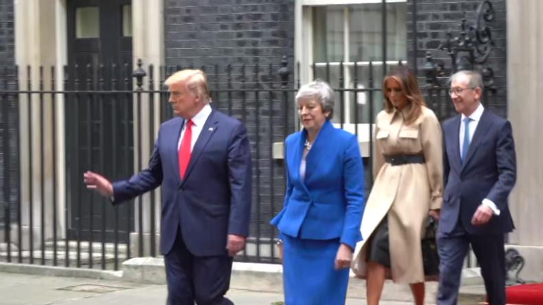 London: Reporter amüsieren sich über zahlreiche Buhrufe gegen Trump und seine Delegation