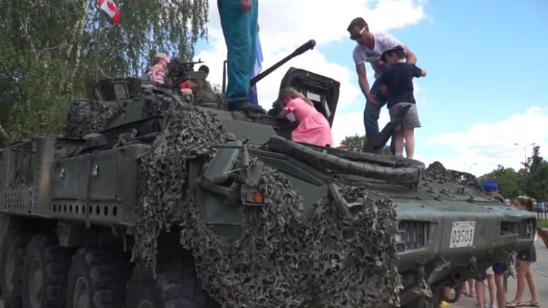 """Lettland: NATO-Truppen präsentieren Kindern und Eltern """"Militär-Spielzeug"""""""