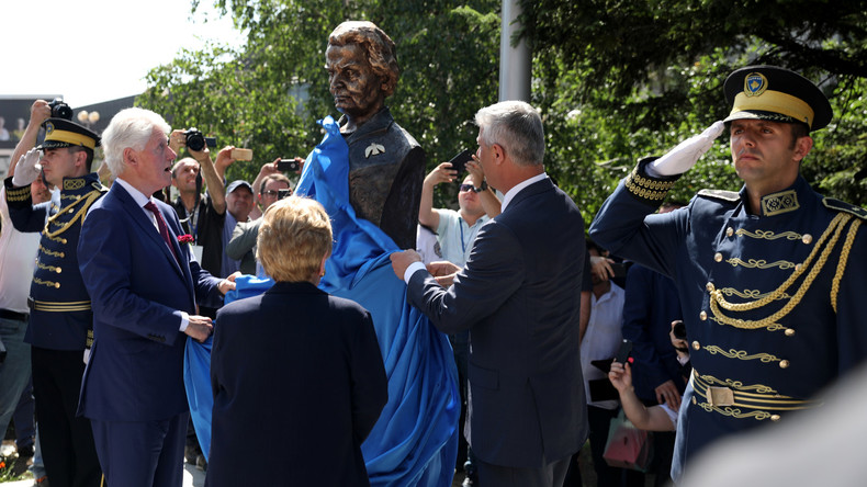 Madeleine Albright oder Tito? – Büste der Ex-US-Außenministerin in Pristina sorgt für Häme