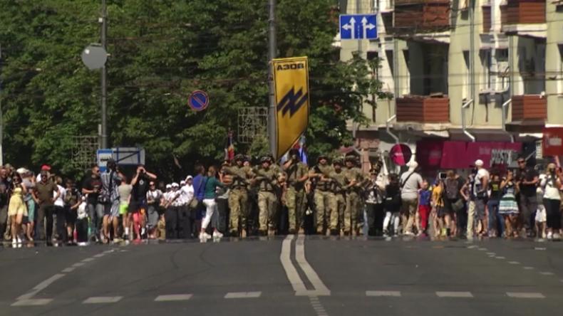 """Ukraine: """"Werden den Donbass befreien"""" – Rechtsextremes Asow-Bataillon veranstaltet Militärparade"""