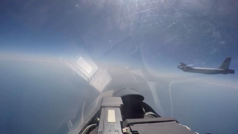 Russische Su-27 fängt US-Langstreckenbomber über der Ostsee ab