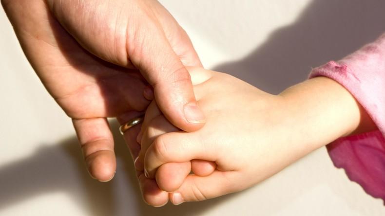 Lesbisches Paar darf mit Kind nicht auswandern – Samenspender stellt sich dagegen