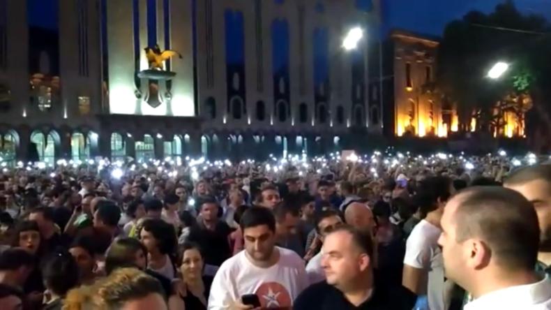Demonstranten versuchen, das georgische Parlament in Tiflis zu stürmen