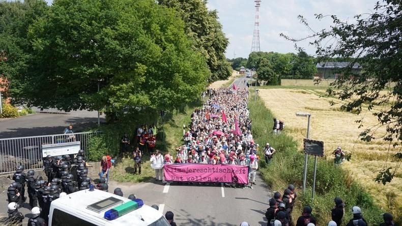 """""""Mit dem Klima lässt sich nicht verhandeln"""" – Aktivisten stürmen Tagebau Garzweiler"""