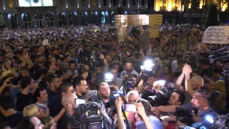 Georgien: Tausende am dritten Tag der Proteste vor dem Parlament