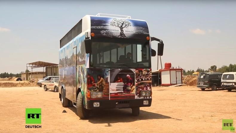 Zeichen der Hoffnung: Flüchtlinge aus syrischem Afrin bebildern alten Bus mit Fotos ihrer Stadt