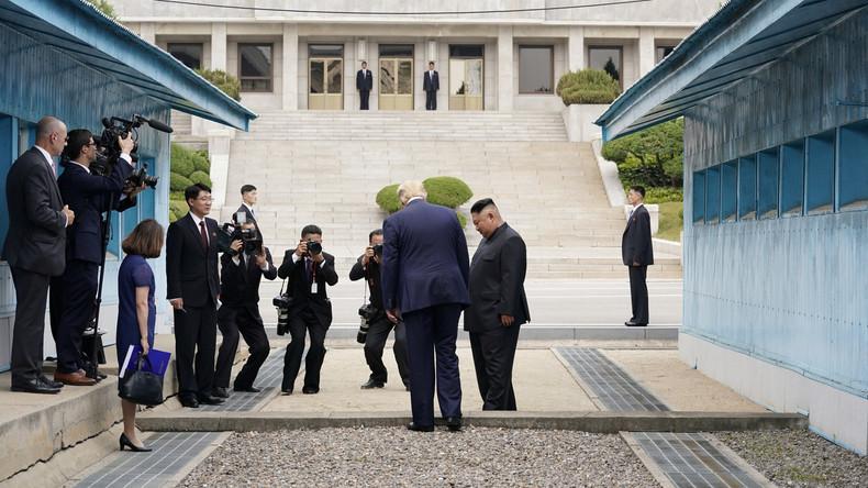 Donald Trump überschreitet Grenzlinie zu Nordkorea und kann Kim Jong-un die Hand schütteln