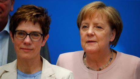 Schlechte Zahlen: Die CDU-Vorsitzende Annegret Kramp-Karrenbauer und ihre Vorgängerin und Bundeskanzlerin Angela Merkel bei der CDU-Klausur am Sonntag