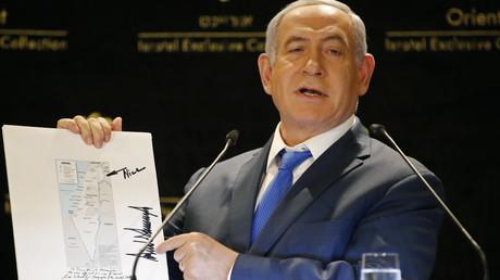 Israels Ministerpräsident Benjamin Netanjahu präsentiert eine Landkarte, in der die von Israel besetzten Golanhöhen als innerstaatliches Territorium eingezeichnet sind. Donald Trumps Schwiegersohn Jared Kushner hatte die Karte vor Tagen an Netanjahu überreicht.