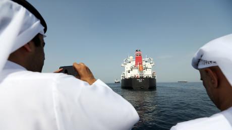 Vertreter des Hafens machen Aufnahmen von dem beschädigten Öltanker Andrea Victory im Hafen von Fujairah, Vereinigte Arabische Emirate, 13. Mai, 2019.