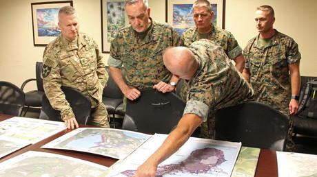 US-Generäle sehen sich am 8. Februar 2018 Pläne zum Ausbau der Andersen Air Force Base auf der Pazifikinsel Guam an.