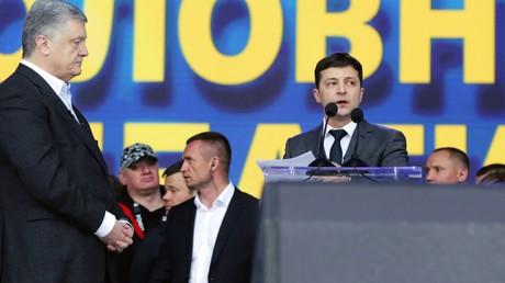 Während des Wahlkampfes prangerte der Präsidentschaftskandidat Wladimir Selenskij den damaligen Amtsinhaber Petro Poroschenko oft an. Als Präsident übernimmt Selenskij nun dessen Redetexte. Auf dem Bild: Während des TV-Duells am 19. April zeigt sich Poroschenko nervös.
