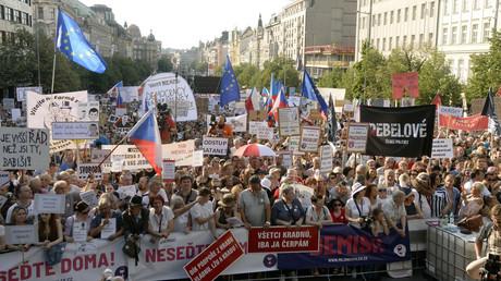 Am Dienstagabend versammelten sich rund 100.000 Menschen auf dem Prager Wenzelsplatz.