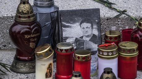 Erinnerung an den getöteten Lkw-Fahrer Łukasz Urban, mit dessen Lastwagen der Terroranschlag am Breitscheidplatz in Berlin verübt wurde. Eine lückenlose Aufklärung dieses Verbrechens, wie es die Hinterbliebenen der Opfer fordern, ist bis heute nicht erfolgt.