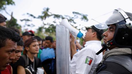 Migranten werden im November 2018 von mexikanischen Polizisten gestoppt. Sie wollen weiter in die USA und hatten zuvor den Fluss Río Suchiate an der mexikanischen Grenze zu Guatemala überquert.