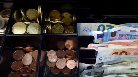 Euro-Banknoten und Euro-Münzen.