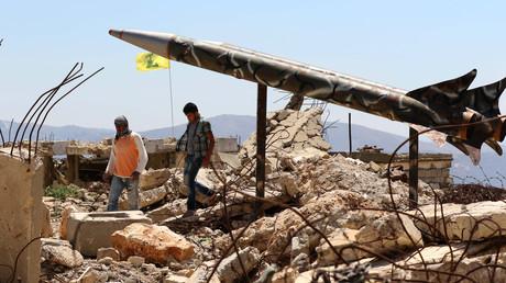 Libanesische Jugendliche laufen an einer Raketenattrappe der Hisbollah vorbei, die auf dem 2006 zerstörten und von Israel und seiner Vasallenarmee SLA während der Besatzungszeit betriebenen Foltergefängnis von Khiam errichtet wurde.
