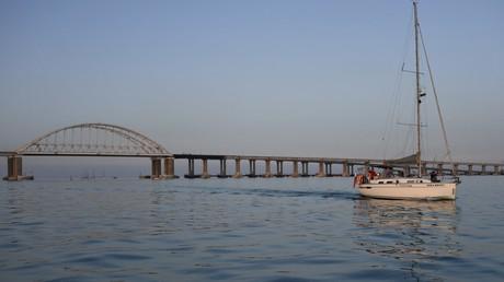 Eine Krim-Segelregatta führte auch durch die Straße von Kertsch und unter die neue Kertsch-Brücke, die die Halbinsel Krim mit russischem Festland verbindet (Bild vom 29. Mai).
