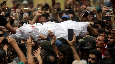 Die Leiche von Abdul Baset Al-Sarout während der Beerdigung in der Grenzstadt al-Dana am 9. Juni 2019.