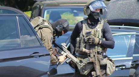 Beamte eines Sondereinsatzkommandos der Polizei mit Maschinenpistolen. In Mecklenburg-Vorpommern sollen vier Polizisten unter anderem gegen das Waffengesetz verstoßen haben. (Symbolbild)