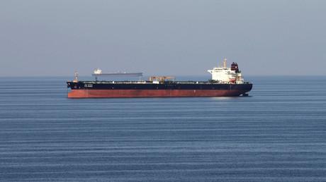 Symbolbild: Ein Öltanker passiert die Straße von Hormus