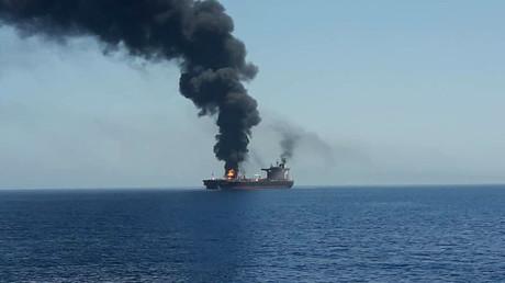 Ein Öltanker steht in Flammen, nachdem er vermutlich von einem Torpedo getroffen wurde.