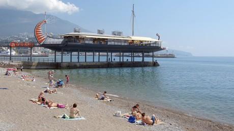 Urlauber am Strand von Jalta.