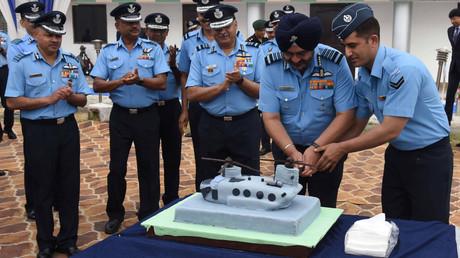 Birender Singh Dhanoa, der Oberkommandierende der indischen Luftstreitkräfte, und weitere ranghohe Offiziere feiern den Erhalt von vier US-Transporthubschraubern vom Typ CH-47 Chinook auf der Air Force Station Chandigarh am 25. März.