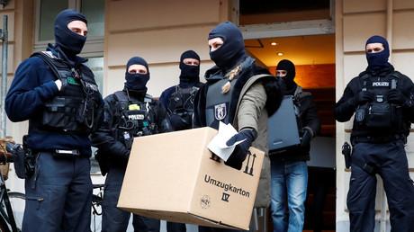 Symbolbild: Polizisten bei der Durchsuchung der As-Sahaba Moschee in Berlin, Deutschland, 18. Dezember 2018.