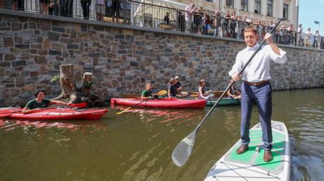 In schwerem Fahrwasser: Ministerpräsident Kretschmer beim Paddeln in Leipzig im Juni 2019