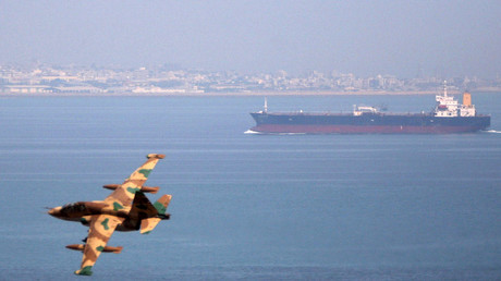 Ein iranisches Militärflugzeug fliegt an einem Öltanker vorbei, Persischer Golf, 5. April 2006.