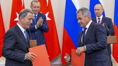Der türkische Verteidigungsminister Hulusi Akar (links) mit seinem russischen Kollegen Sergei Schoigu (rechts) – Archivbild