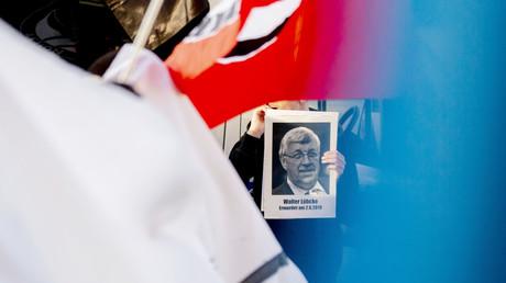 Bild des ermordeten Kasseler Regierungspräsidenten Walter Lübcke (CDU) bei einer Kundgebung gegen rechte Gewalt am 18. Juni in Berlin.
