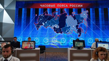 Telefonisten erhalten Anrufe vor der jährlichen Fragestunde des russischen Präsidenten in Moskau, Russland.