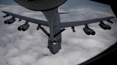 Ein strategischer B-52H-Langstreckenbomber der US-Luftwaffe wird während des Fluges betankt. Der Flugzeugtyp ist Teil der