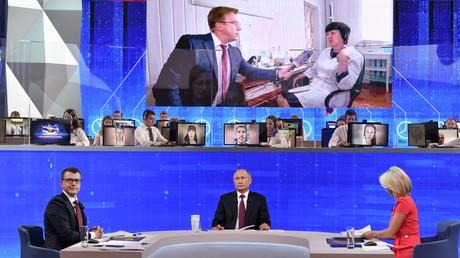 Der russische Präsident Wladimir Putin stellte sich am 20. Juni in einer vierstündigen TV-Live-Sendung den Fragen und Anmerkungen der Bevölkerung.