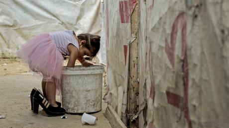 Ein syrisches Flüchtlingsmädchen in einem Flüchtlingscamp im Libanon. Insgesamt flüchten viele der Vertriebenen in die Nachbarländer, im Libanon sank die Anzahl im Jahr 2018 laut UNHCR im Vergleich zum Vorjahr etwas.
