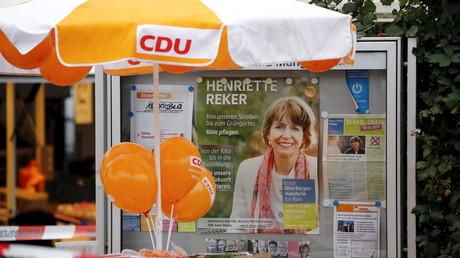 Ein Wahlplakat der Kölner Oberbürgermeisterin Henriette Reker hinter einer Absperrung. Reker wurde während ihres Wahlkampfes in der Stadt Köln lebensgefährlich durch einen Messerangriff verletzt, Deutschland, 17. Oktober 2015.