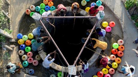 Menschen in der viertgrößten indischen Stadt Chennai versammeln sich um einen Gemeinschaftsbrunnen, nachdem Wasserreservoirs der Stadt aufgebraucht worden sind.