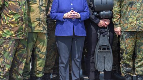 Wählen wohl seltener CDU: Bundeswehrsoldaten mit Bundeskanzlerin Angela Merkel im Mai in Munster