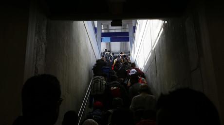 Archivbild: Rund 300 Migranten durchqueren eine Unterführung, nachdem sie am 5. Oktober 2015 aus dem österreischischen Linz am Hauptbahnhof in Passau, Südostdeutschland, angekommen sind.