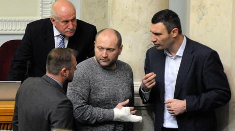 Borislaw Berjosa (mit Verband) während einer Unterhaltung mit Vitali Klitschko im ukrainischen Parlament (28. Dezember 2014).
