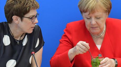 Wer muss hier was auslöffeln? Kramp-Karrenbauer mit ihrer Vorgängerin und Bundeskanzlerin Angela Merkel am Montag in Berlin